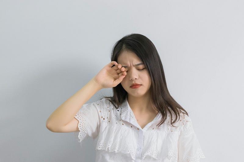 千库网_感觉到眼睛痛的女孩_摄影图编号131985