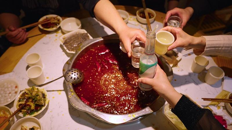 千库网_多人聚餐吃饭吃火锅干杯碰杯实拍_摄影图编号183924
